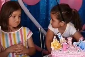 Vídeo: Menina apaga vela de aniversário da irmã e reação inesperada viraliza na web