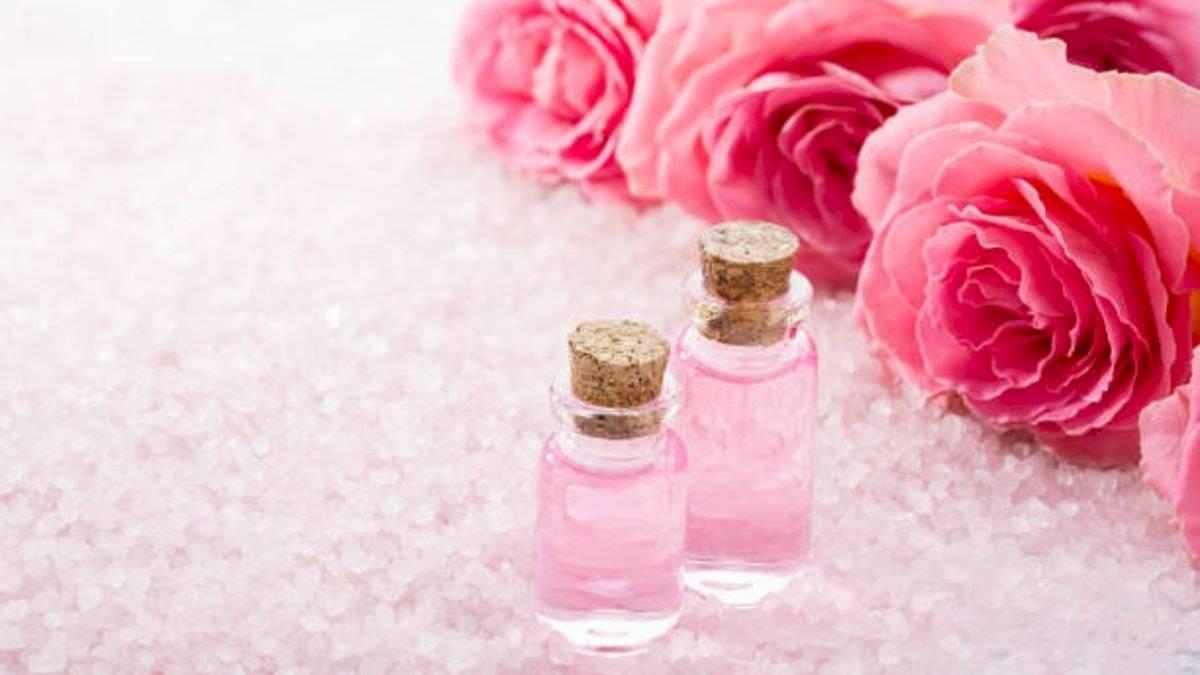 El agua de rosas contribuye a hacer la piel más tersa.