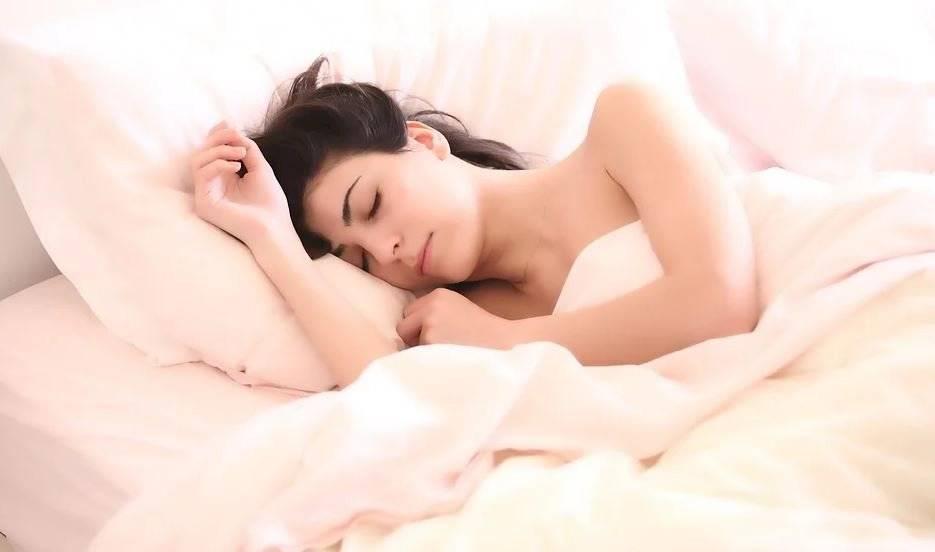 Descansar al menos 8 horas y una dieta saludable ayudan a combatir la ansiedad