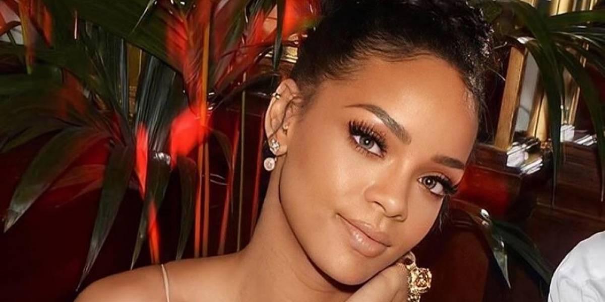 Rihanna con mini vestido de piel de serpiente y sombrero fedora tiene el outfit para comenzar el año a lo grande