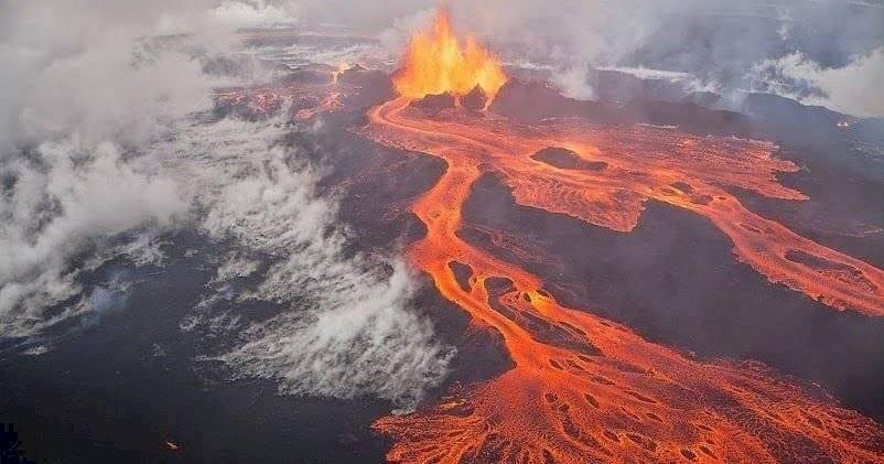 El magma se derrama sobre la superficie de la Tierra tras la explosión del volcán.