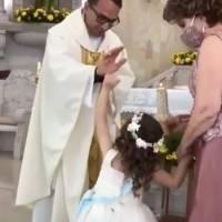 ¡Qué ternura! Niña choca la mano con cura en plena misa