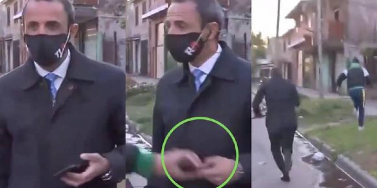 ¡Insólito! Le arrebataron el celular a reportero argentino en plena transmisión en vivo; el ladrón huyó ante las cámaras