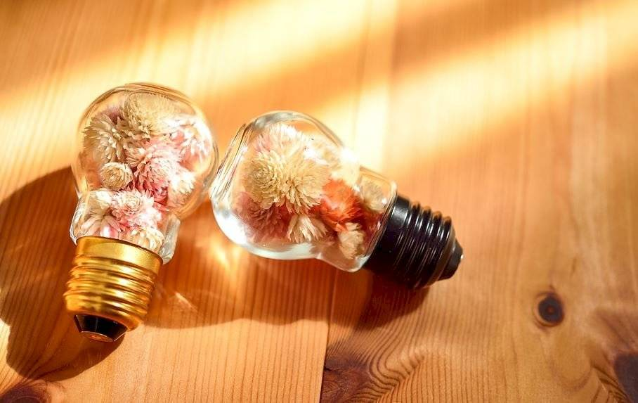 Usar flores secas dentro de objetos de vidrio para hacerlos resaltar. Incluso, hasta usando bombillas.