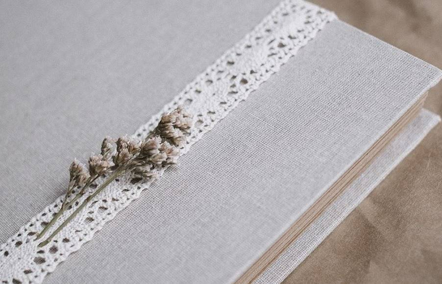 Puedes enganchar las flores secas sobre un objeto como si se tratara de un estampado