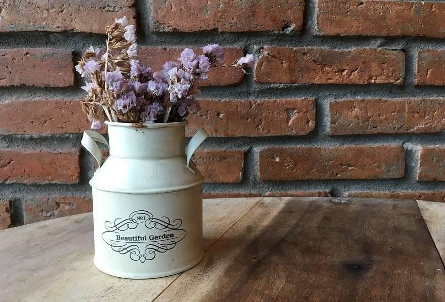 Los pétalos secos de las rosas matizan los espacios, y adquieren un toque vintage y decadente.