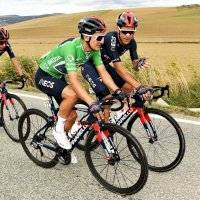 Vuelta a España: el inusual gesto de un compañero de Richard Carapaz, así reaccionó el ecuatoriano