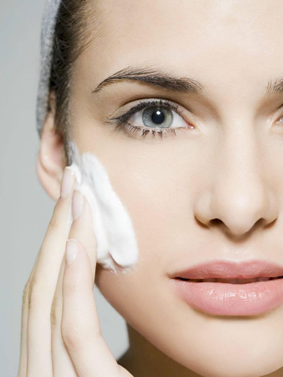 Limpiar la piel tanto por la mañana como por la noche rejuvenecerá tu rostro.