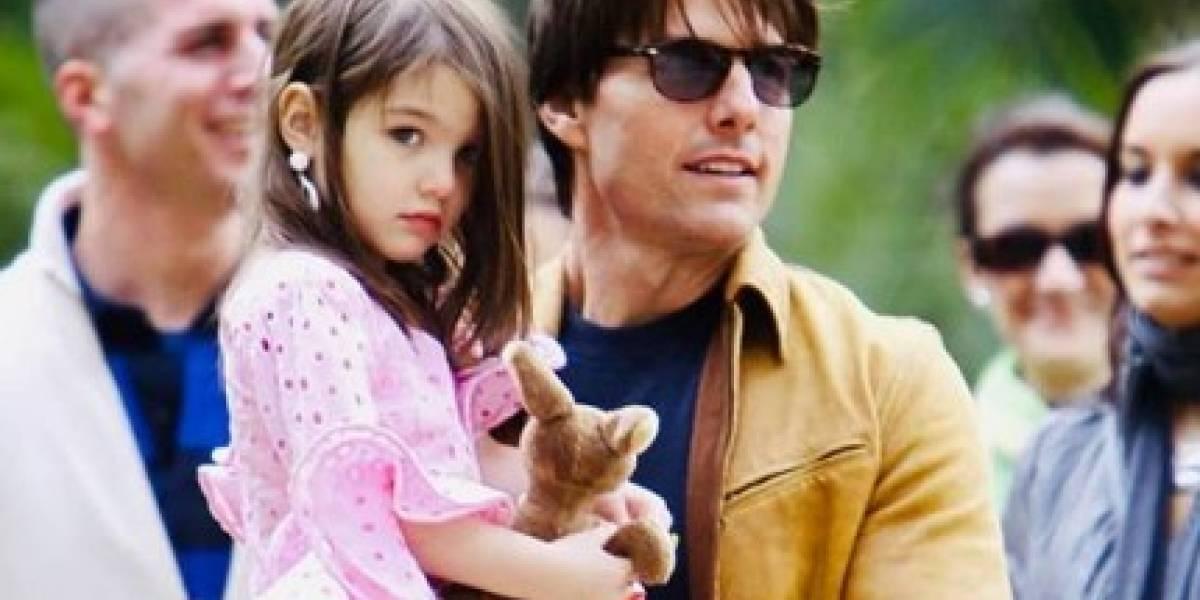Hija de Tom Cruise fascina en jean culotte negro y abrigo acolchado azul cielo