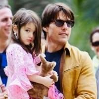 Hija de Tom Cruise fascina en pantalones culotte negros mientras pasea en bicicleta