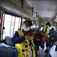 Con humor y cantos, artistas promueven medidas ante el Covid-19 en El Salvador