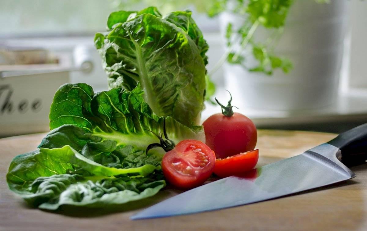 La lechuga es un alimento rico en vitaminas A, E, C, B1, B2, Y B3.