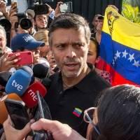 Leopoldo López logra salir de Venezuela, su padre lo confirma