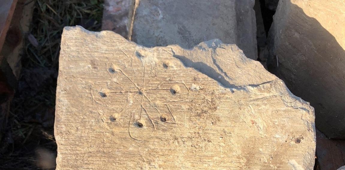 Presuntos signos de brujería encontrados en una iglesia medieval en Inglaterra.