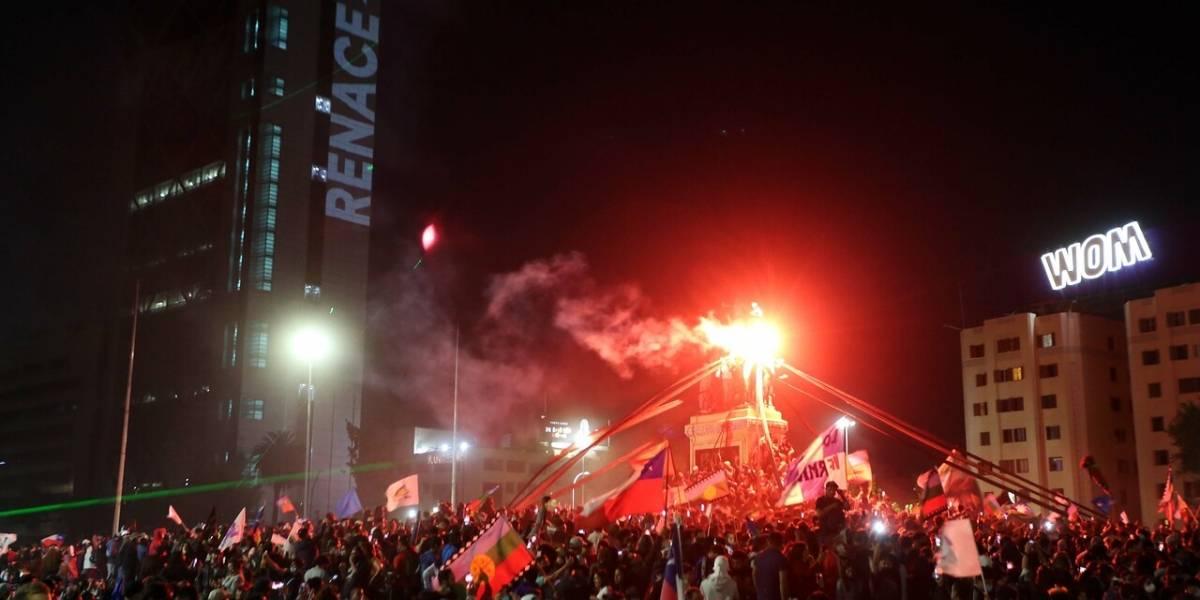 Gana el Apruebo por paliza y estalla un carnaval en Plaza Italia