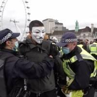 Policía desaloja el puente Westminster tras manifestación en contra de las restricciones por covid-19