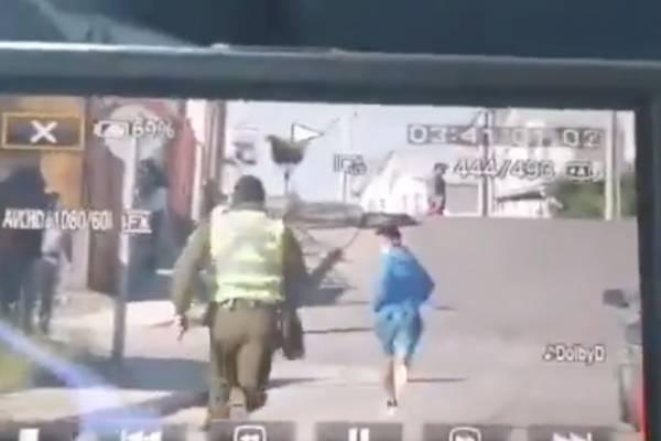 Video de sujeto arrancando de Carabineros para no ser vocal se toma las redes