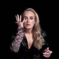 Adele cautiva con elegancia y modernidad en un blazer off shoulder con un pantalón skinny de traje negro