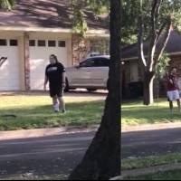 Mujer reclama por letrero de Black Lives Matter, vecino la detiene arrojándole agua