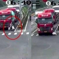 VIDEO: Motociclista sobrevive tras ser atropellada por un camión