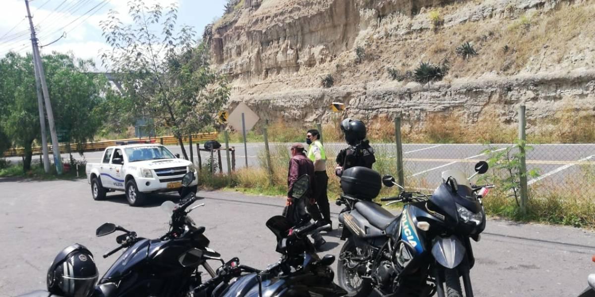 """""""Lo cogí de la mochila y del cuello para salvarlo"""": Agente relata cómo evitó que hombre saltara del puente del río Chiche"""