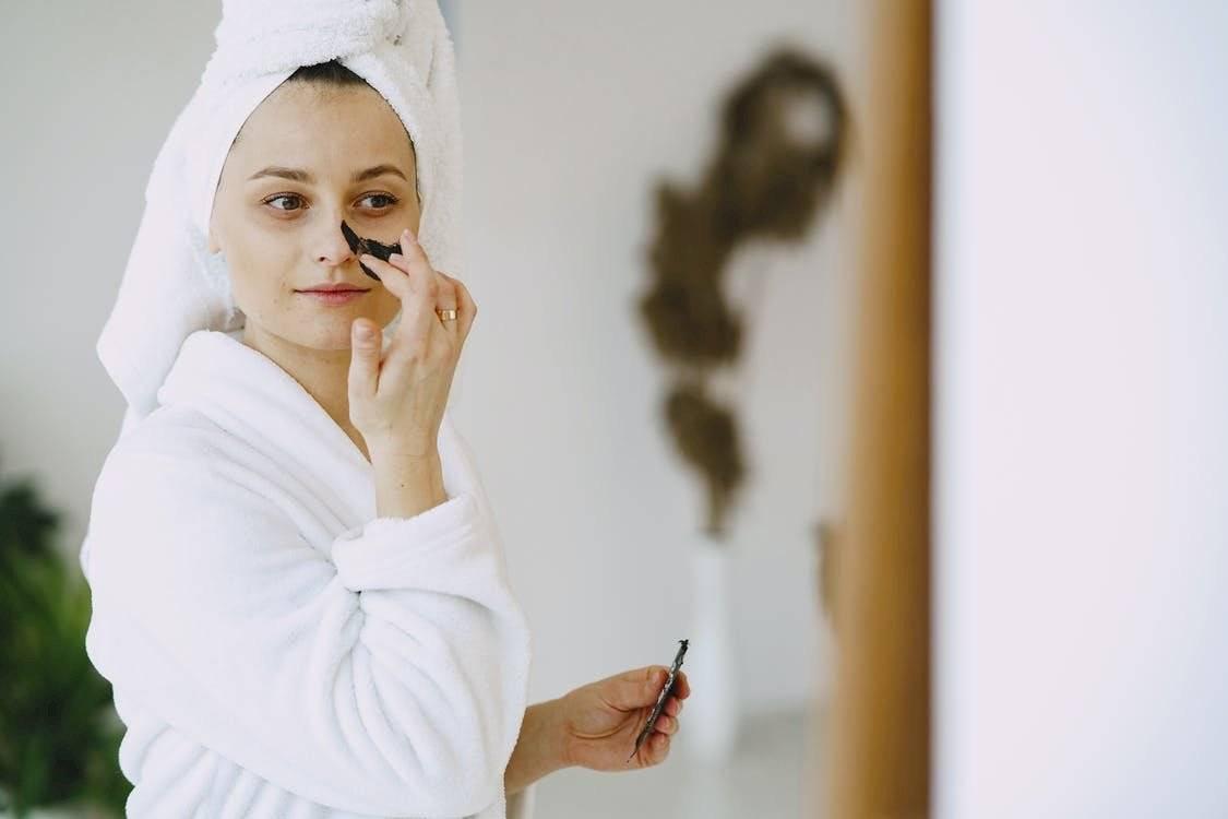 El cuidado del rostro debe implicar limpieza, exfoliación e hidratación constante