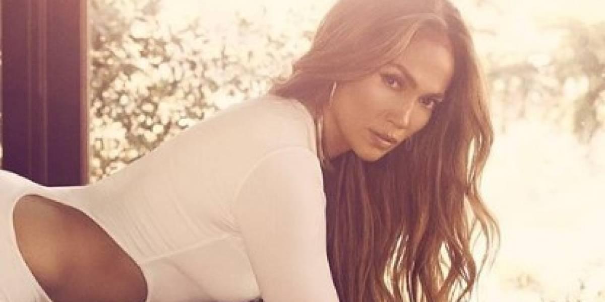 Jennifer Lopez divina en top y legging de látex rojo saliendo del gimnasio
