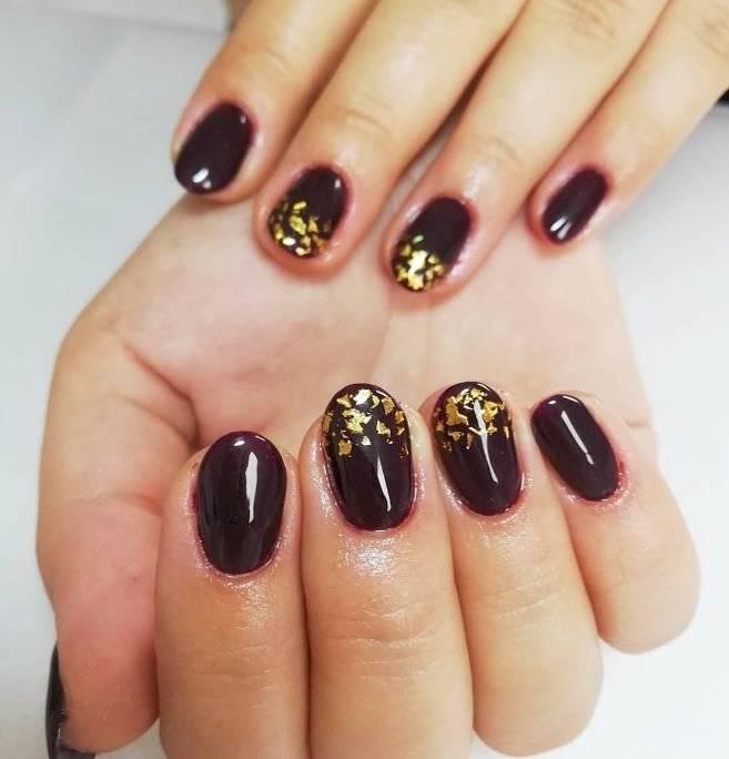 Diseño de uñas doradas