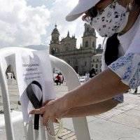 Con sillas vacías recuerdan a personal sanitario muerto por la pandemia en Colombia