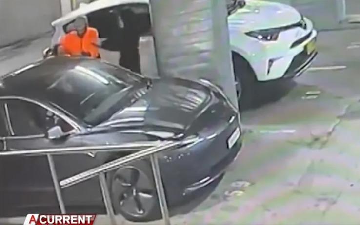 Los ladrones robando el Tesla Model 3 de Anabelle Brett.