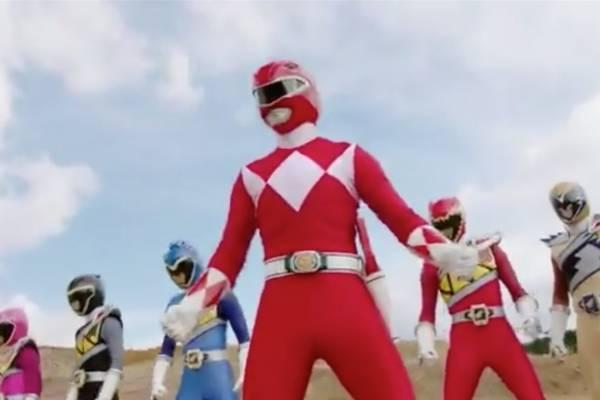 """Así se ve Jason, el Ranger rojo, a los 46 años: apareció en los """"Power Rangers Beast Morphers"""" para enfrentar a un nuevo Goldar"""