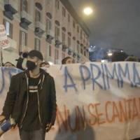 """Manifestantes piden """"libertad"""" en protesta en Italia contra las restricciones por Covid-19"""