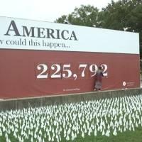 Más de 200 mil banderas blancas honran a las víctimas del Covid-19 en Washington D.C.