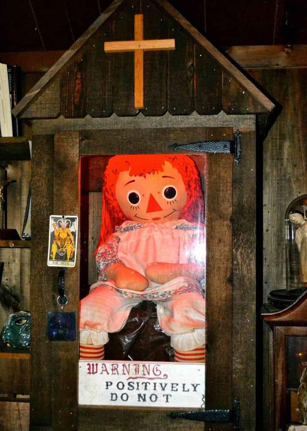 Anabelle objetos embrujados