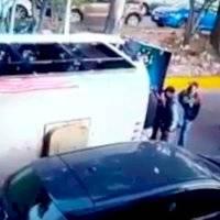 Cámara capta la volcadura de un microbús que dejó a siete heridos en Naucalpan