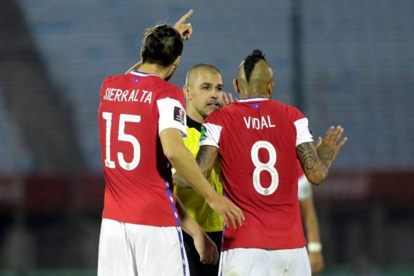 """El árbitro del Uruguay-Chile sacó la voz: """"Al trabajar con VAR es un seguro doble"""""""