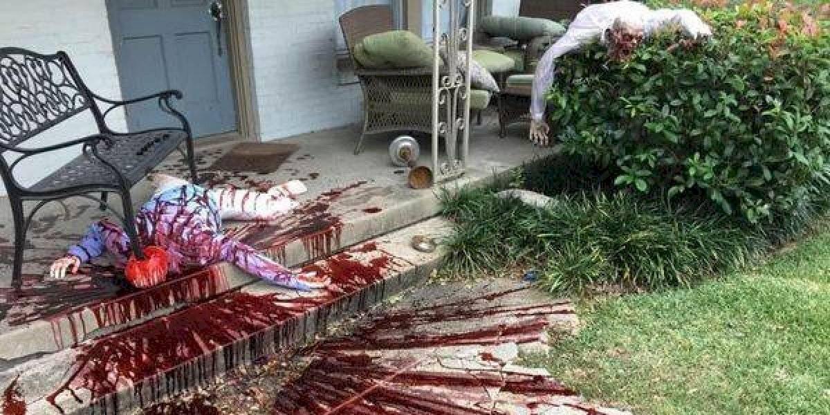Halloween: hombre recibe visita de la policía tras decorar su casa de la forma más real y sangrienta posible
