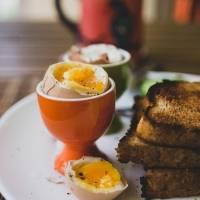 Truque para descascar um ovo cozido em 10 segundos
