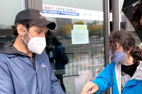 Actor de Ant-Man reparte galletas a quienes votan bajo la lluvia en elecciones de EEUU