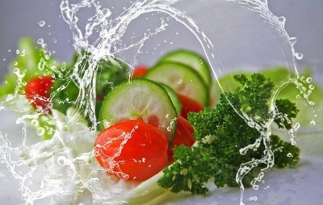 Al elaborar una ensalada nunca te limites a usar dos ingredientes: lechugas y los tomates.