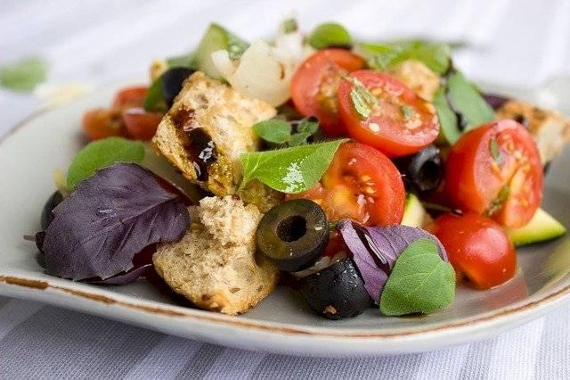 Las frutas y vegetales en las ensaladas cuidan el corazón.
