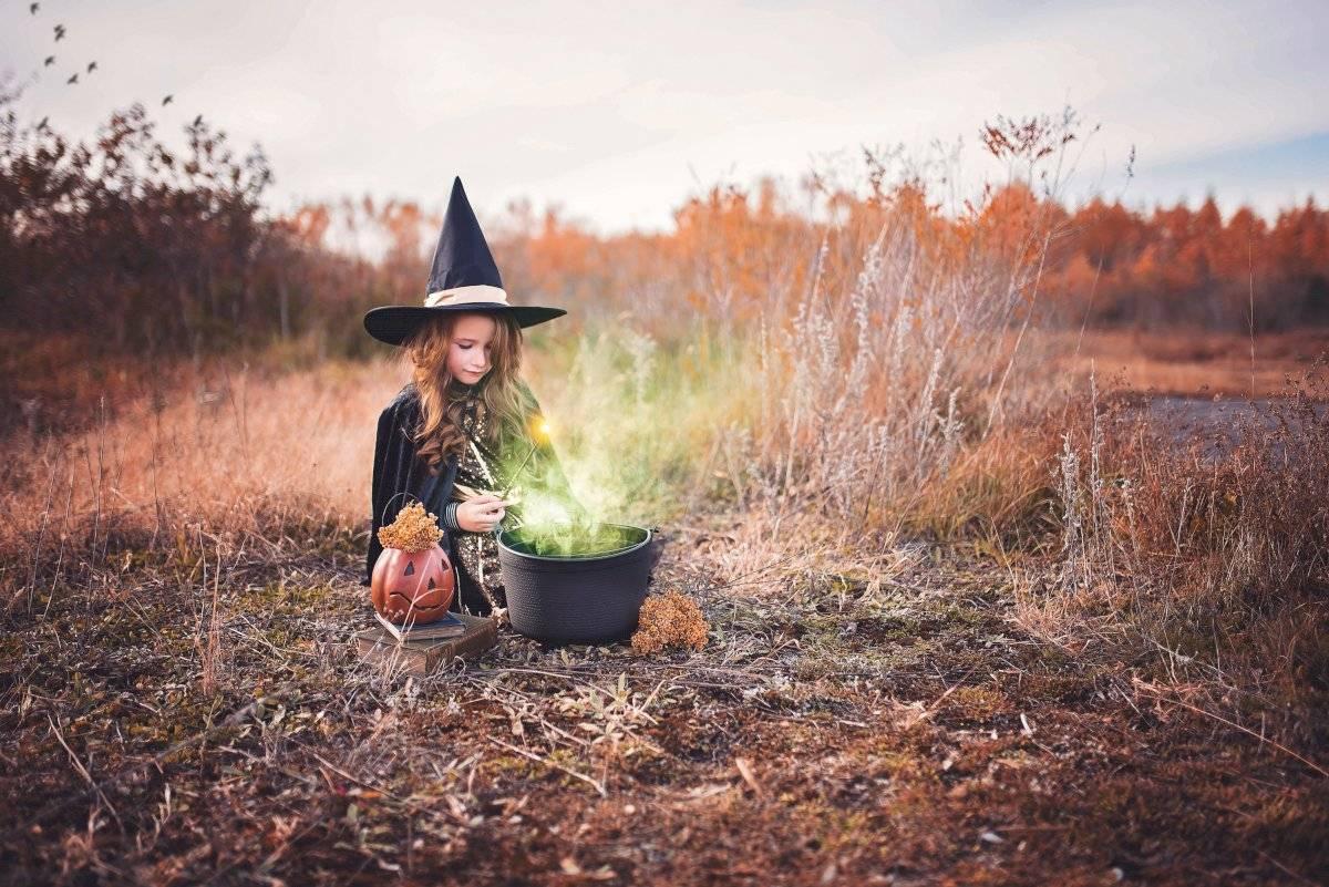 Niña disfrazada de bruja en Halloween.
