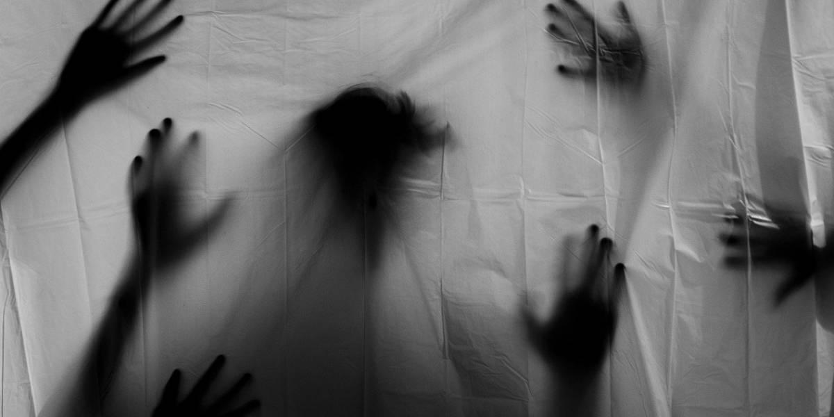 Mujer asegura que el fantasma de su exnovio la lastima en las noches: de terror