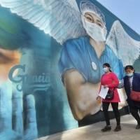 Un médico con alas recuerda a héroes contra la Covid-19 en Bolivia