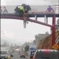 Video: miembros de la Policía Nacional salvaron a un hombre que intentó lanzarse de un puente