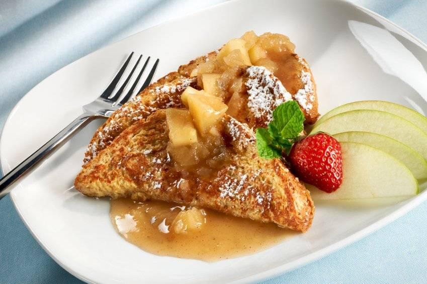 Puedes servir tu pan acompañado de miel y algunas fresas