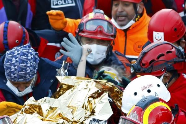 Imagen impactante: Niña de 3 años rescatada de escombros de edifico no le suelta el pulgar al socorrista