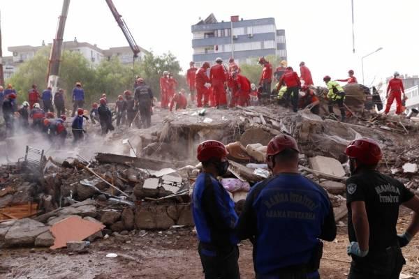 Rescatan con vida a dos niñas de los escombros de un edificio derrumbado en terremoto de Turquía