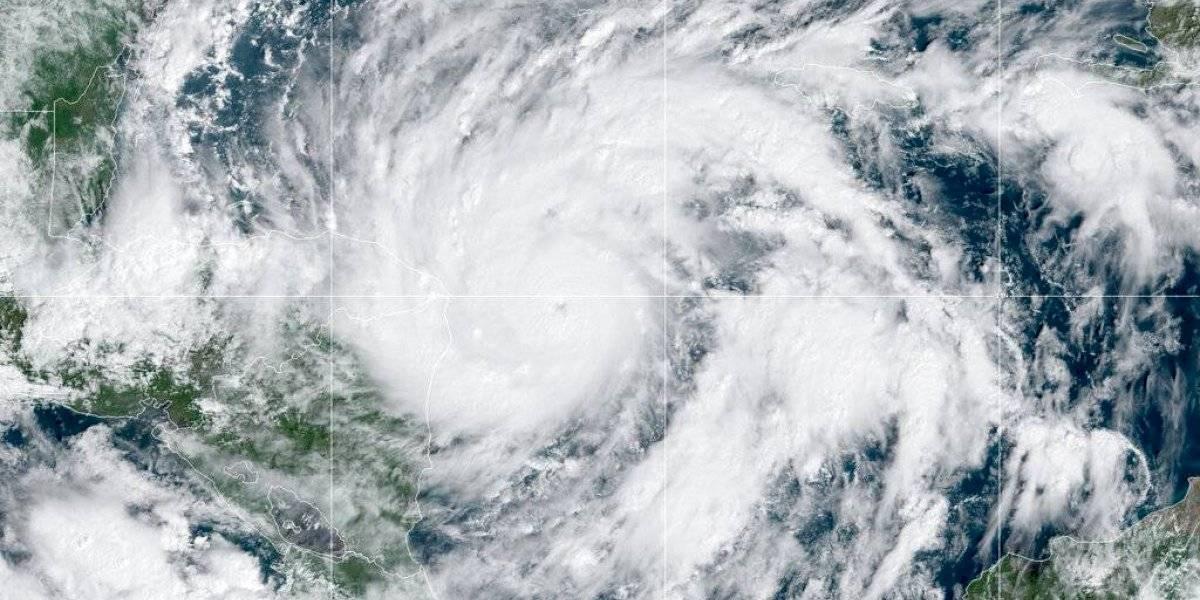 Eta se convierte en huracán categoría 3 mientras avanza a Centroamérica