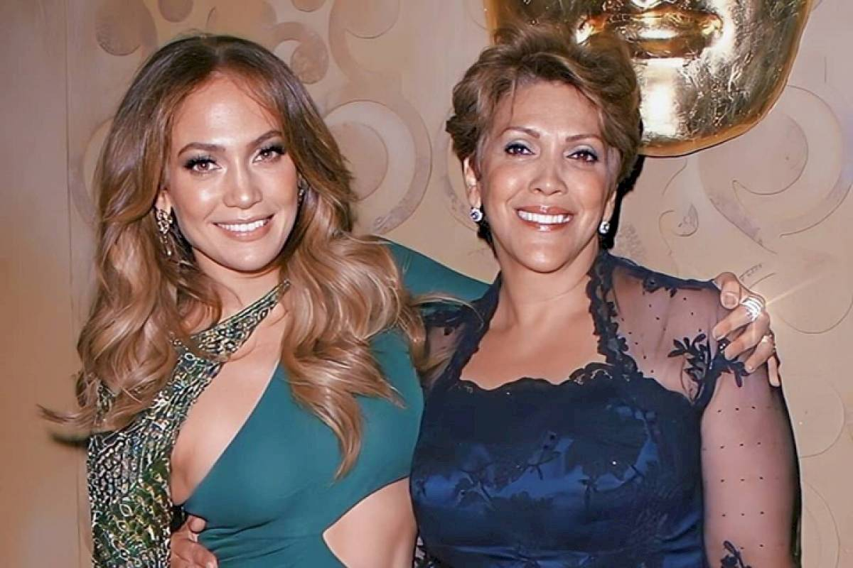 Jennifer Lopez y junto a su mamá Guadalupe Rodríguez